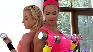 Pussylicking babes strip down in the gym