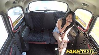 Hamis taxi szexi thaiföldi hölgy áttört punci ajkakkal szereti az angol fasz-t