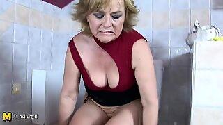 Moden Dame leger med sig selv i toilet